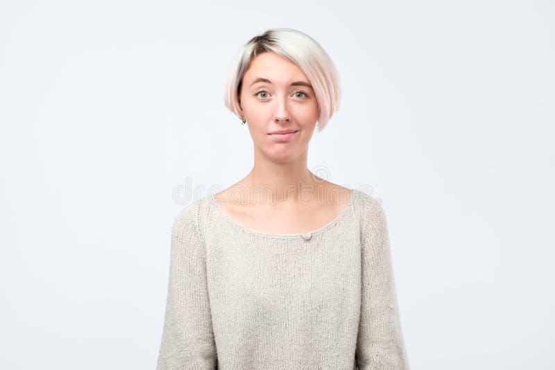 Twijfel, wantrouwen, wantrouwenconcept Twijfelachtige vrouw die met ongeloofuitdrukking studio bekijken stock fotografie