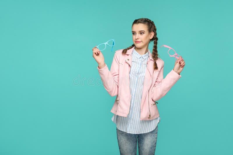Twijfelachtig grappig meisje in toevallig of hipster stijl, vlechthairstyl stock afbeeldingen