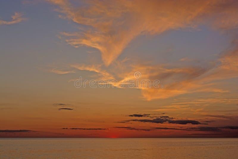 Twilght und Wolken nach Sonnenuntergang auf dem Ozean stockfoto