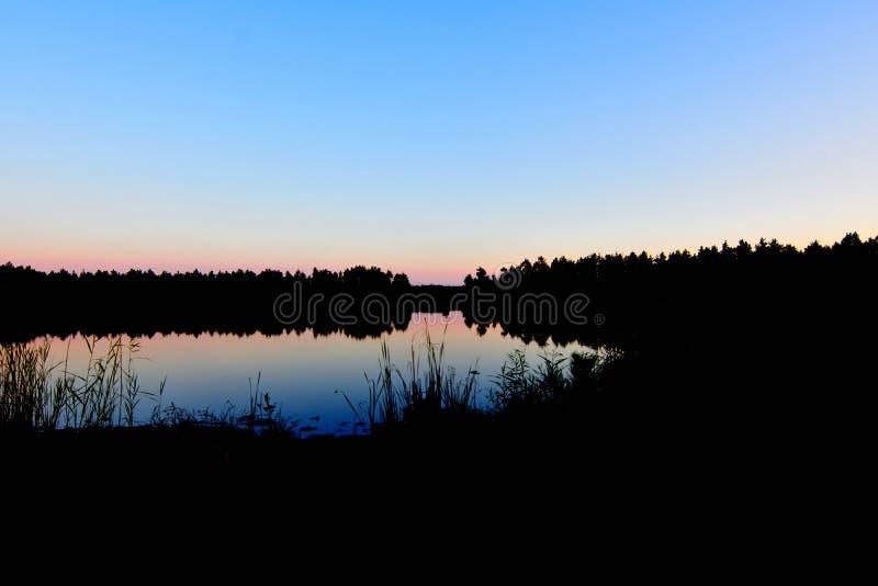 Twilight и загадочное озеро стоковая фотография