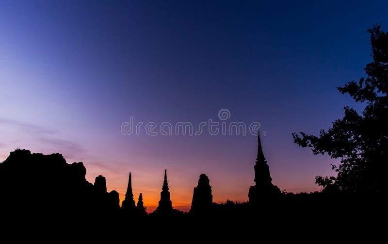 Twilight небо с силуэтом старых руин стоковые изображения rf