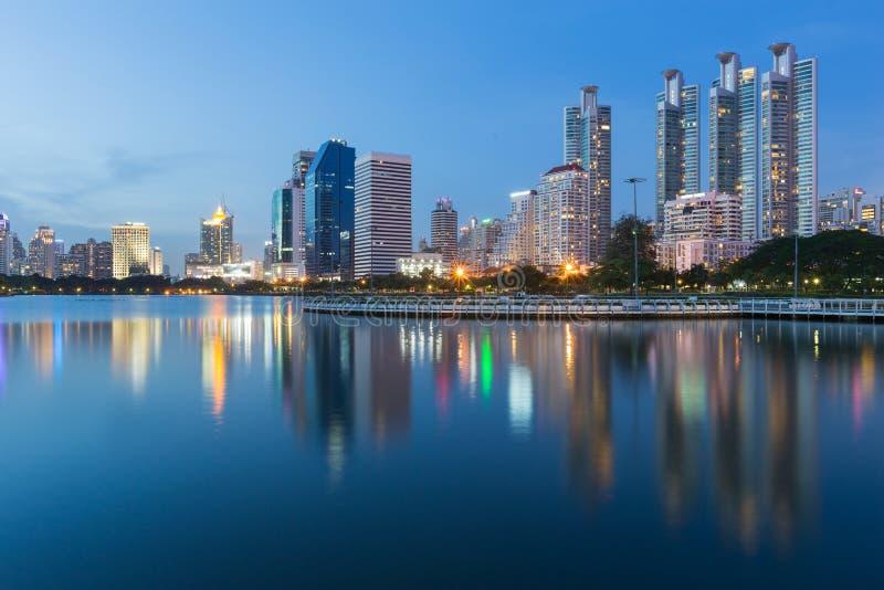 Twilight тон, городское управление и жилой дом с отражением воды публично паркуют стоковые фотографии rf
