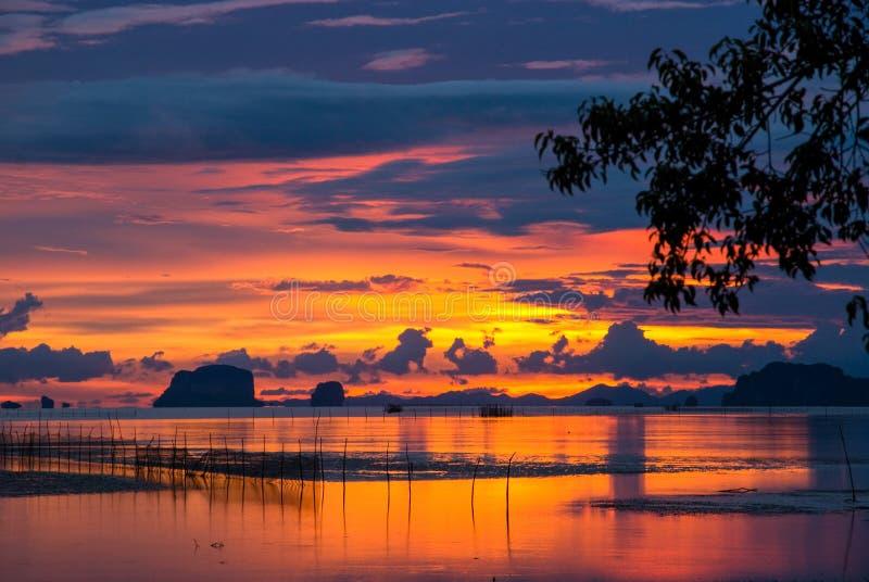 Twilight seascape захода солнца на пляже в Таиланде стоковые фото