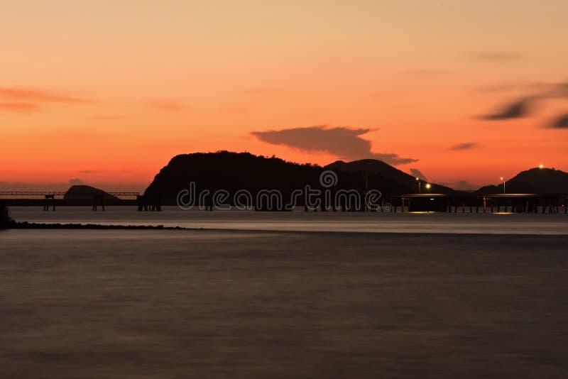 Twiligthtijd Na de hemel van de zonsondergang rood-Sinaasappel royalty-vrije stock foto's