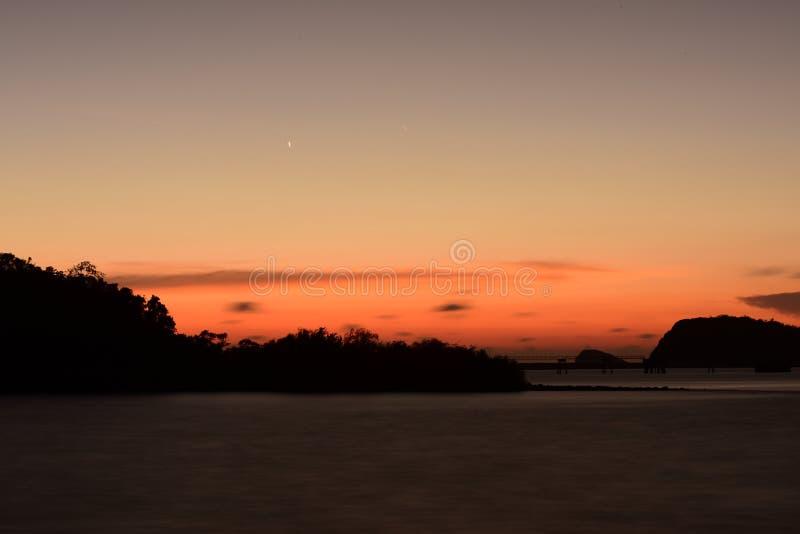 Twiligthtijd Na de hemel van de zonsondergang rood-Sinaasappel stock foto's
