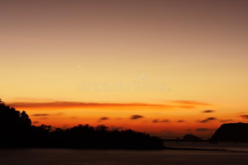 Twiligthtijd Na de hemel van de zonsondergang rood-Sinaasappel royalty-vrije stock foto