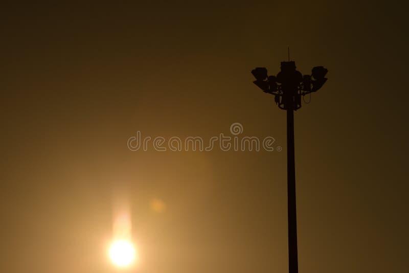 Twiligthtijd Na de hemel van de zonsondergang rood-Sinaasappel royalty-vrije stock afbeeldingen