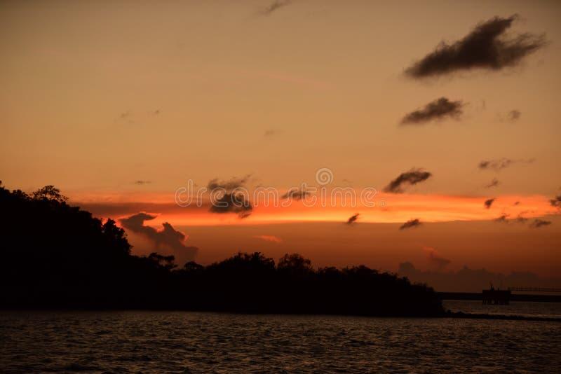 Twiligthtijd Na zonsondergang Rode oranje hemel en gouden wolk stock afbeeldingen