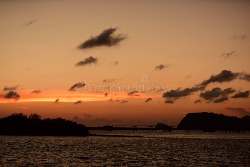 Twiligthtijd Na zonsondergang Rode oranje hemel en gouden wolk royalty-vrije stock afbeeldingen