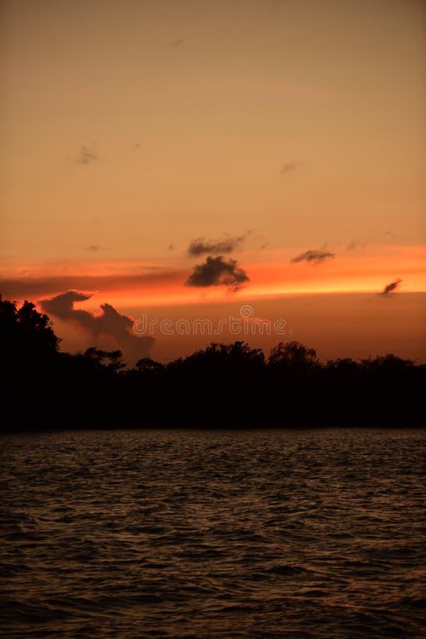 Twiligthtijd Na zonsondergang Rode oranje hemel en gouden wolk royalty-vrije stock foto's