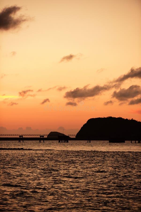 Twiligthtijd Na zonsondergang Rode oranje hemel en gouden wolk stock foto