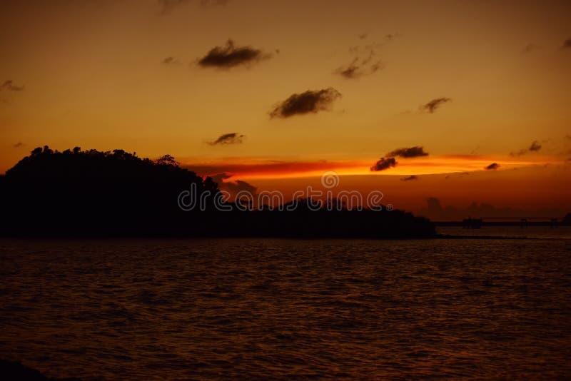 Twiligthtijd Na zonsondergang Rode oranje hemel en gouden wolk royalty-vrije stock fotografie