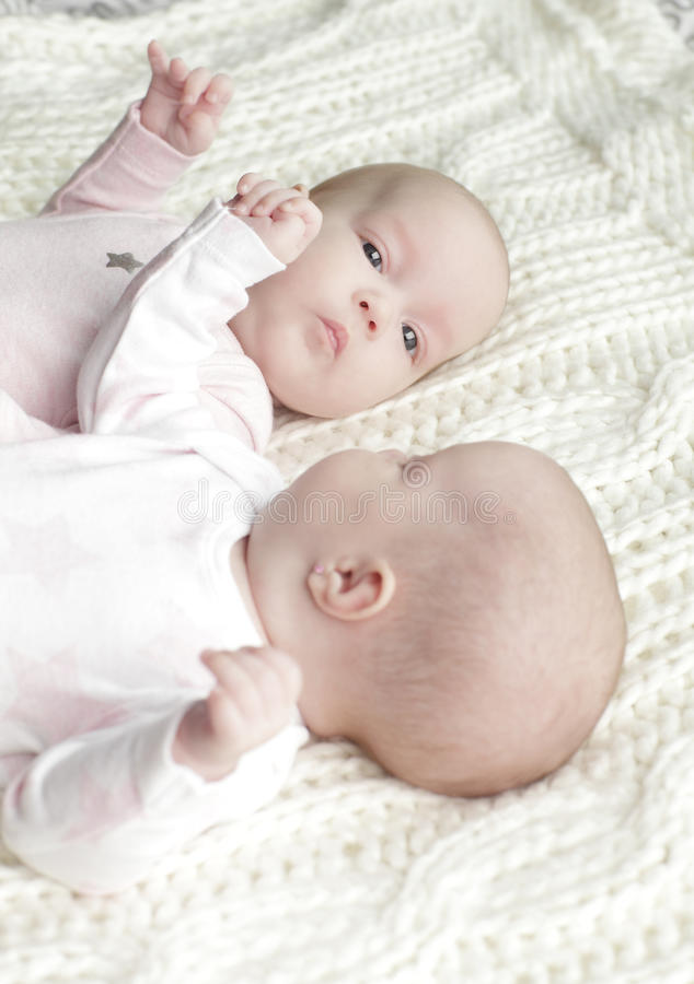Twin behandla som ett barn flickor arkivbild