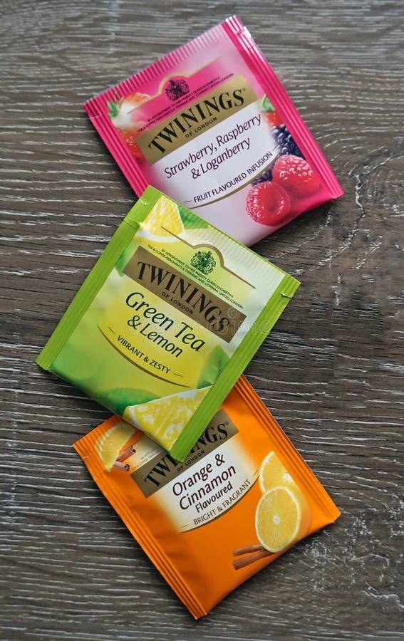 Twinings三茶包品种绿化,水果和辣木表面上 免版税库存照片