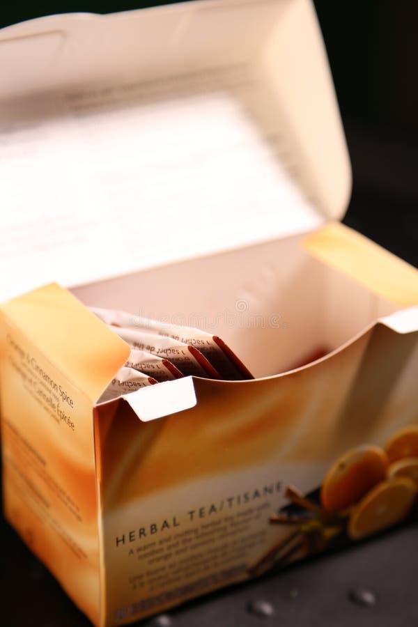 TWININGS - marca e scatola aperta di tisana immagine stock libera da diritti