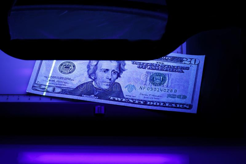 Twintig dollars in de foto Ons bankbiljetten Materiaal voor diepgaande inspectie van geld Het controleren van rekeningen in ultra royalty-vrije stock afbeeldingen