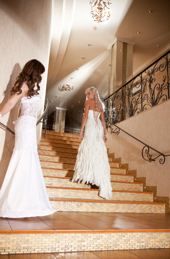 невеста в чулках спускается по лестнице нашем