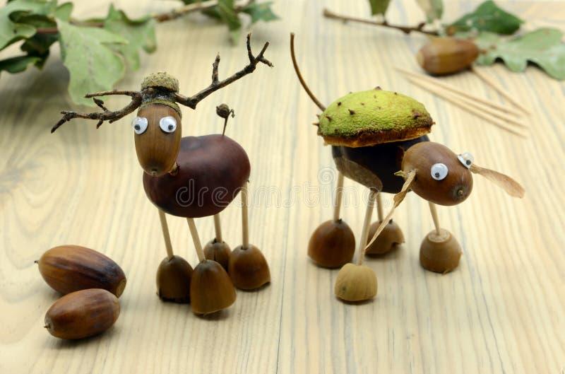 Tworzący rogacza robić acorn i kasztanu postacie w jesień czasie dzieciństwo druciarz zdjęcia stock