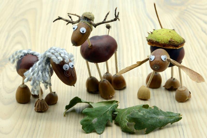 Tworzyć acorn kasztanu postacie jak koń i rogacz w jesień czasie dzieciństwo druciarz obraz royalty free