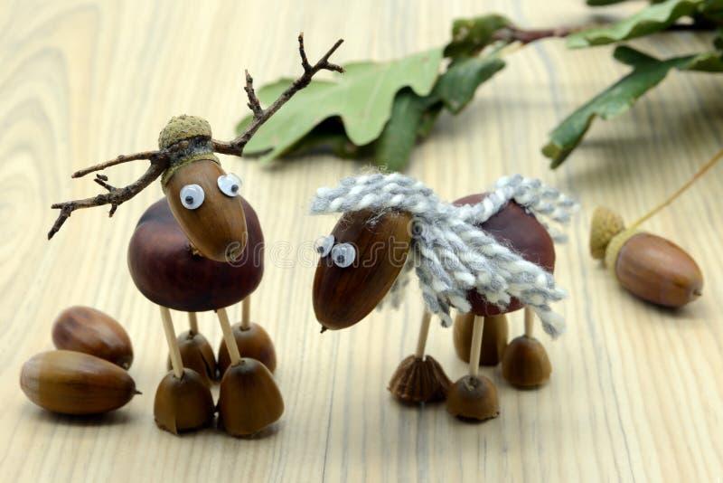 Tworzyć acorn kasztanu postacie jak koń i rogacz w jesień czasie dzieciństwo druciarz obraz stock