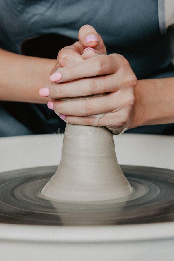 Tworzyć wazę biały gliniany zakończenie lub słój Kobiet ręki robi glinianemu dzbankowi fotografia stock