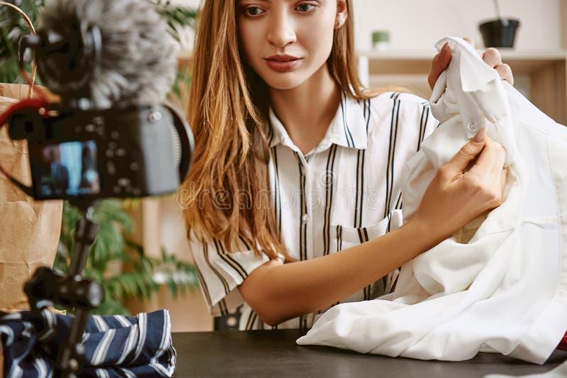 Tworzyć zawartość Młody żeński mody blogger nagrywa nowego vlog o białej koszula obrazy stock