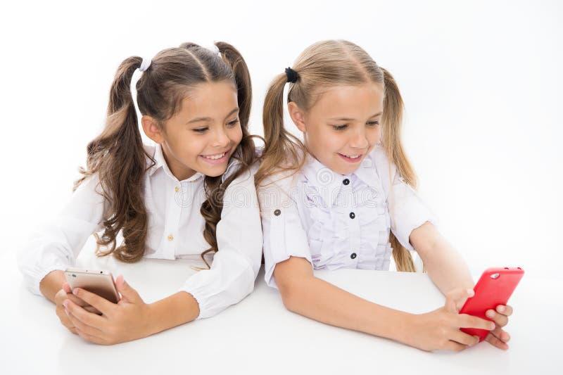 Tworzy online sieć bloga Podąża ogólnospołeczne sieci Blogger szkoła edukacyjny zastosowanie Uczennic smartphones surfować zdjęcie stock