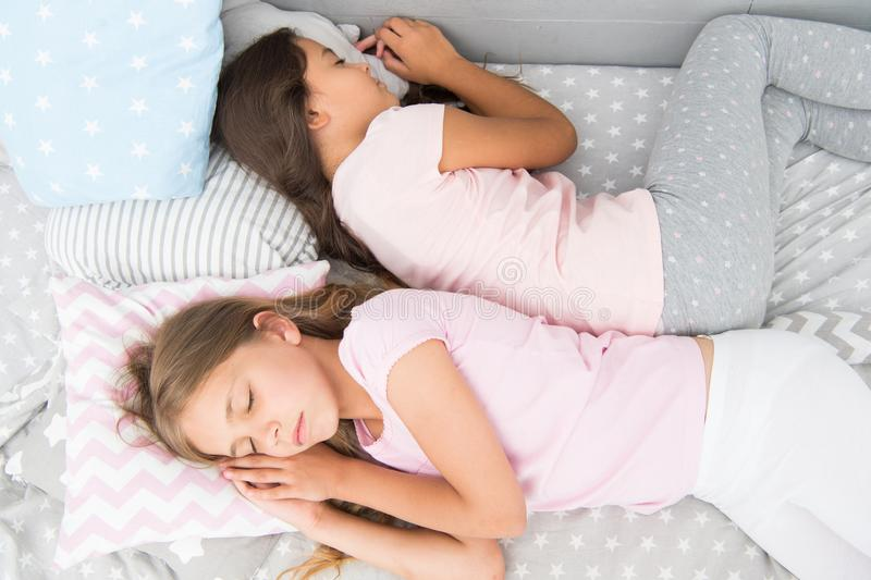Tył niezawodny zdrowy sen dziecka najlepsi znajomi siostry w łóżku słodkie sny piżama w sypialni dzieciństwo zdjęcia royalty free