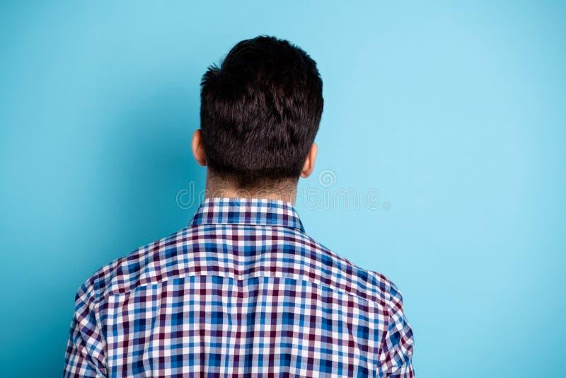 Tyły plecy w górę za fotografia portretem przystojny ufny atrakcyjny on on facet jest ubranym ulica stroju stylową szkocką kratę obraz royalty free