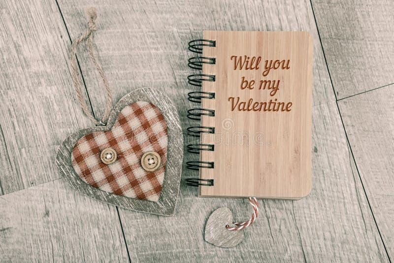 Ty będziesz mój walentynki tekstem na drewnianym notatniku i drewniany słucha obraz stock