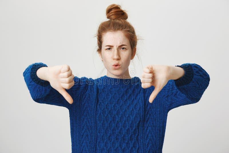Ty jesteś zwyciężony Portret nierada nieporuszona atrakcyjna rudzielec dziewczyna w przypadkowym zima pulowerze pokazuje kciuki z zdjęcia stock