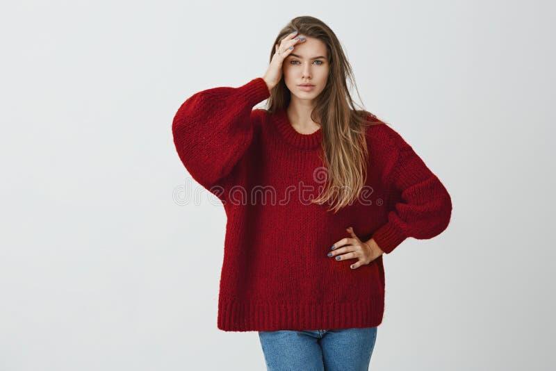 Ty zrobiłeś mój kierowniczej obolałości od nudziarstwo rozmów Salowy portret piękna dziewczyna w zima puloweru mienia palmie na c obrazy royalty free