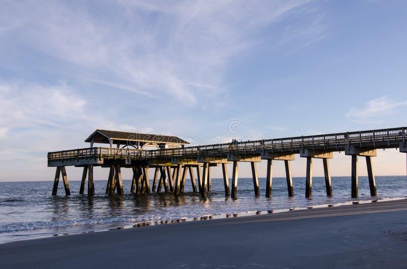 Tybee海岛码头在海滩的乔治亚南部美国大西洋,金黄小时 库存照片