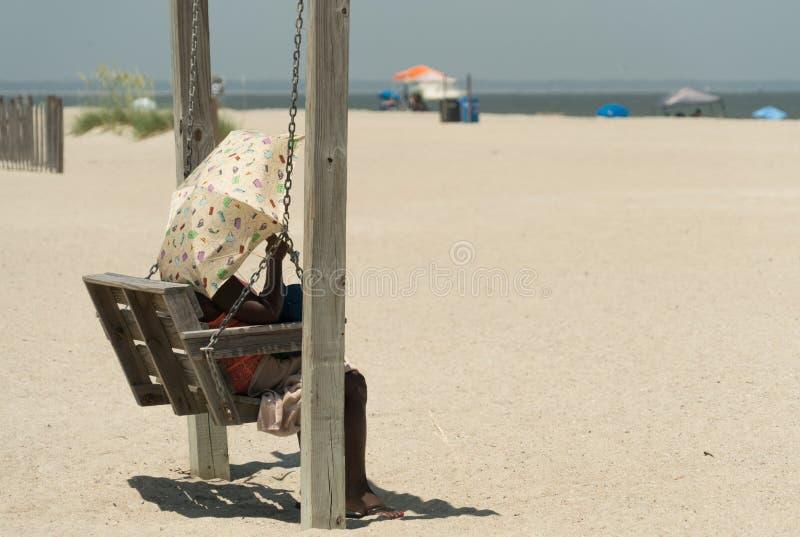 Tybee Island, Georgia/Estados Unidos - 24 de junio de 2018: Los oscilaciones de madera a lo largo de la playa del ` s de Tybee of fotos de archivo libres de regalías