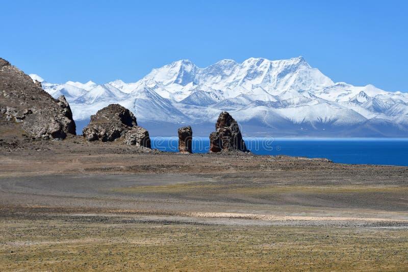 Tybet, święta halna grań w pogodnym letnim dniu, jeziora Tso Nam Nyechen Tangla i Tso obraz royalty free