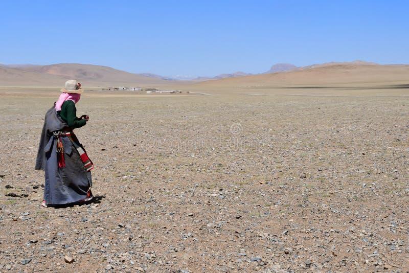 Tybet, Chiny, Czerwiec, 06, 2018 Kobieta na brzeg jeziorny Seling obraz royalty free