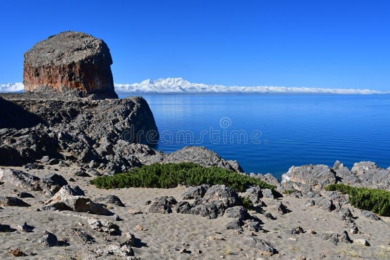Tybet, jezioro Tso Nam Tso w lecie, 4718 metrów nad poziom morza Geoglyph - ucho koń na przylądku Tomchok Miejsce p zdjęcia stock