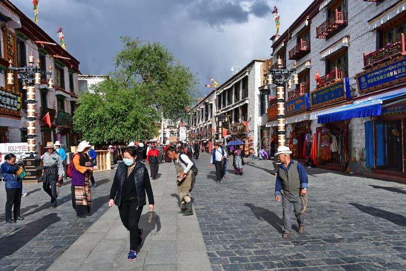 Tybet, Lhasa, Chiny, Czerwiec, 02, 2018 Ludzie chodz? wzd?u? antycznej Barkhor ulicy na letnim dniu w chmurnej pogodzie fotografia stock