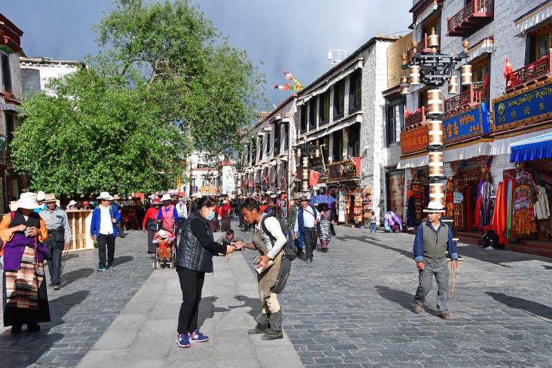 Tybet, Lhasa, Chiny, Czerwiec, 02, 2018 Ludzie chodz? wzd?u? antycznej Barkhor ulicy na letnim dniu w chmurnej pogodzie obraz royalty free