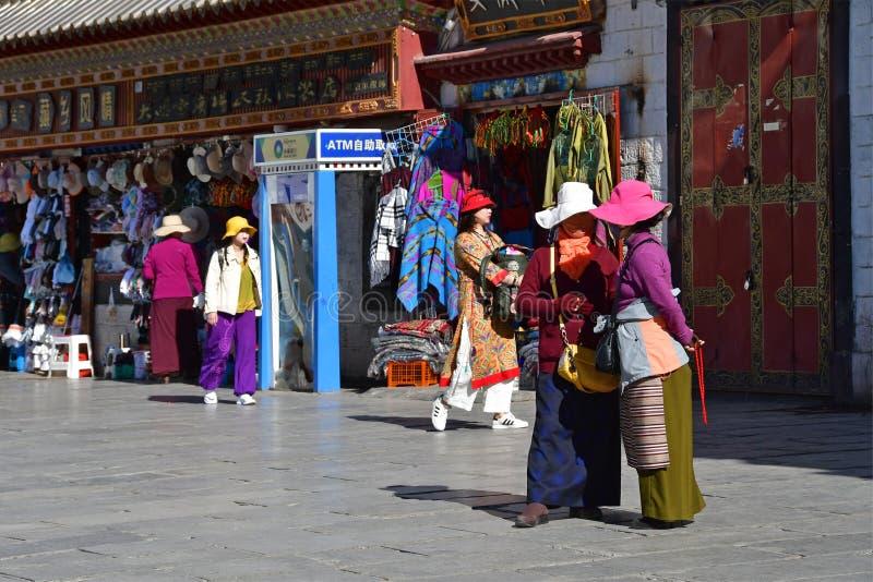 Tybet, Lhasa, Chiny, Czerwiec, 02, 2018 Ludzie chodz? wzd?u? antycznej Barkhor ulicy na letnim dniu w chmurnej pogodzie obrazy stock