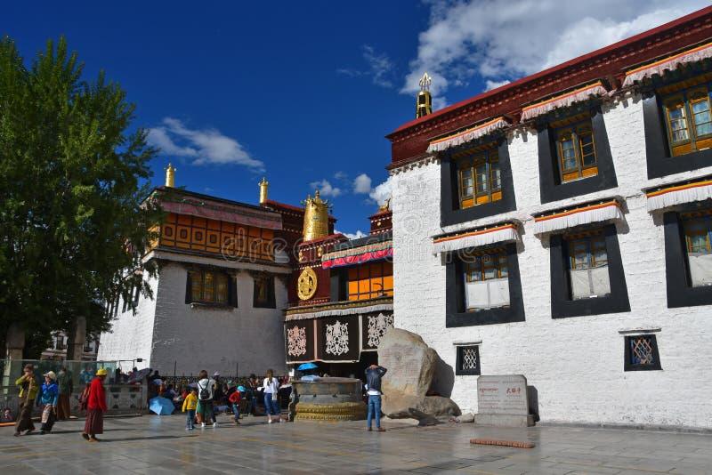 Tybet, Lhasa, Chiny, Czerwiec, 02, 2018 Tybet, Lhasa Ludzie chodzi blisko antycznej buddyjskiej ?wi?tyni Jokhang obraz royalty free
