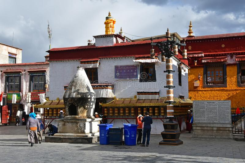 Tybet, Lhasa, Chiny, Czerwiec, 02, 2018 Ludzie chodzi blisko Nangze Shak pokazu Hall domu szlachetna rodzina z 600 rok histo zdjęcie stock