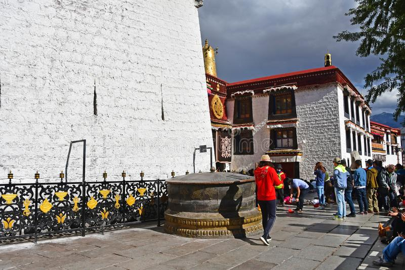 Tybet, Lhasa, Chiny, Czerwiec, 02, 2018 Tybet, Lhasa Ludzie chodzi neaer świątynia Jokhang w Czerwcu na chmurnym dniu fotografia stock