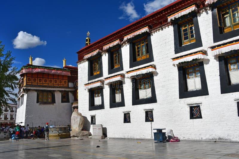 Tybet, Lhasa, Chiny, Czerwiec, 02, 2018 Tybet, Lhasa Ludzie chodzi w kwadracie obok ?wi?tyni Jokhang w Czerwcu zdjęcie royalty free