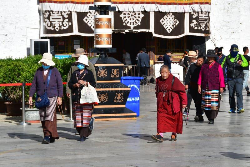 Tybet, Lhasa, Chiny, Czerwiec, 02, 2018 Tybet, Lhasa Ludzie chodzi w kwadracie obok ?wi?tyni Jokhang w Czerwcu obraz royalty free