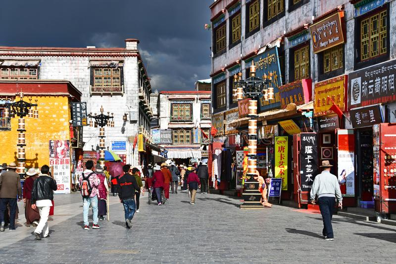 Tybet, Lhasa, Chiny, Czerwiec, 02, 2018 Ludzie chodzi wzd?u? antycznej Barkhor Bakuo W ulicznej ulicy w letnim dniu w chmurnym na obrazy stock