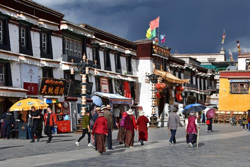 Tybet, Lhasa, Chiny, Czerwiec, 02, 2018 Ludzie chodzi wzd?u? antycznej Barkhor Bakuo W ulicznej ulicy w letnim dniu w chmurnym na zdjęcia stock