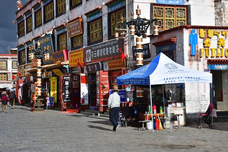 Tybet, Lhasa, Chiny, Czerwiec, 02, 2018 Ludzie chodzi wzd?u? antycznej Barkhor Bakuo W ulicznej ulicy w letnim dniu w chmurnym na zdjęcie royalty free