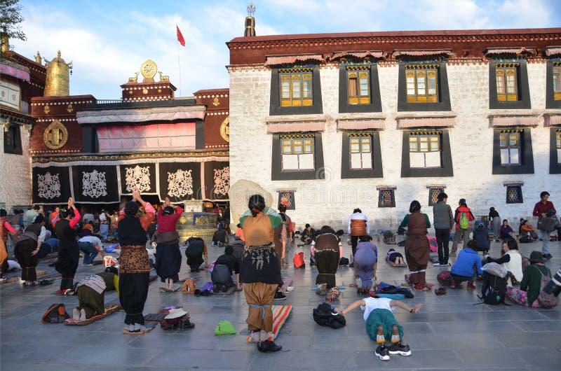 Tybet, Lhasa, Chiny, Październik, 04, 2013 Buddyści robią prostraci przed pierwszy Buddyjską świątynią w Tybet, Jokhan (prostracj obrazy stock