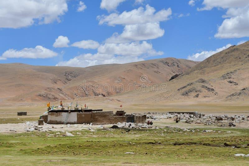 Tybet Wysokiej g?ry wioska nie daleko od jeziornego Gomang w lecie zdjęcia stock